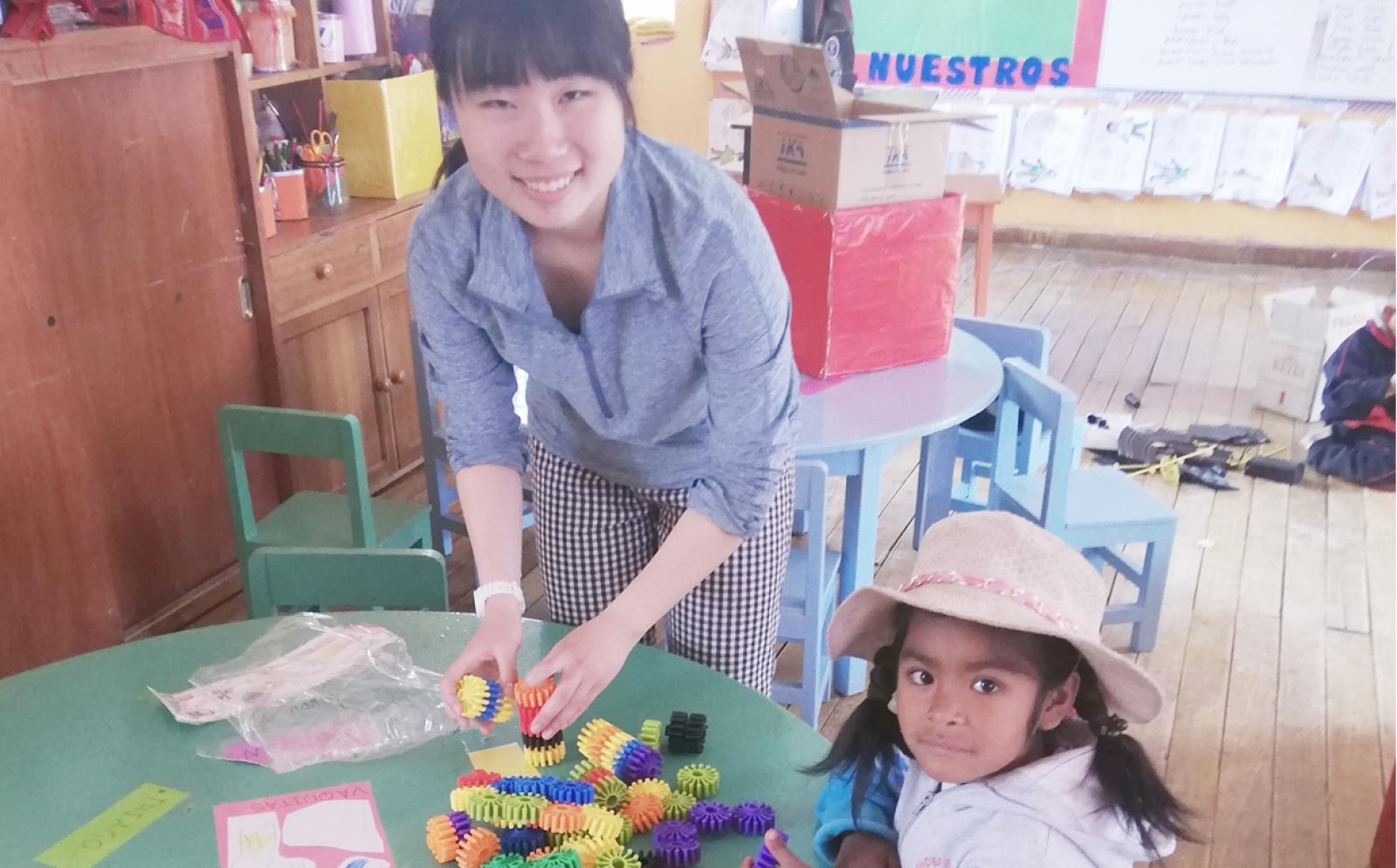 ペルーの保育園でチャイルドケア支援に取り組む日本人高校生ボランティア